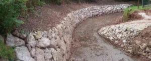 Nueva escollera en el rio Mortera en Coo por Cuevas Gestión de Obras SL