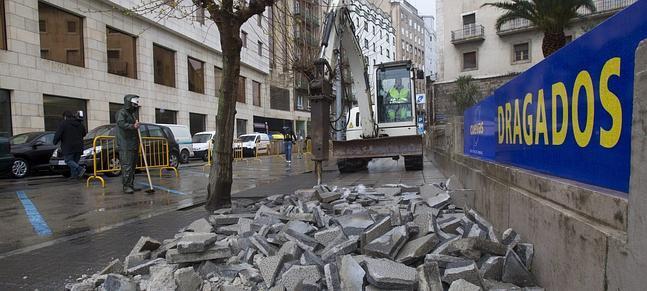 Comienzo de los trabajos de peatonalización de la calle Cádiz en Santander, Cantabria.