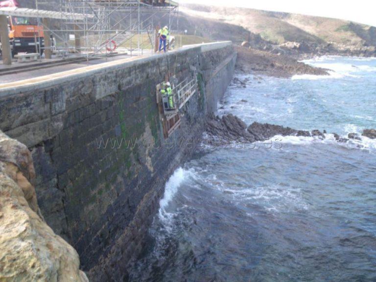 Reparación de muro en el Puerto de Comillas
