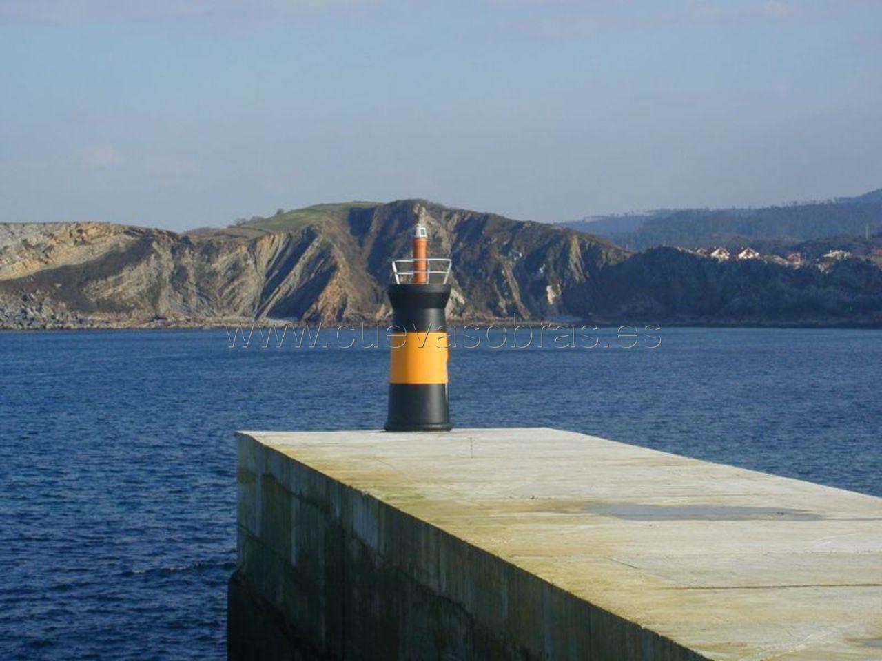 Ejecución de una nueva baliza en el puerto de Comillas, Cantabria