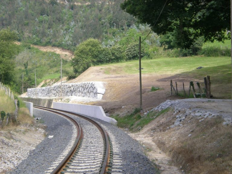 Ejecución de muro de escollera próximo a la estación de FEVE en Roíz
